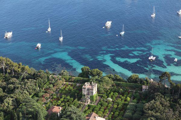 Les herbiers de posidonie au large de l'île de Sainte Marguerite (Cannes), sont comme des coussins posés sur le fond de la mer, ici on les distingue par les tâches noires. Les navires sont censés jeter l'ancre sur le sable et non sur les herbiers.