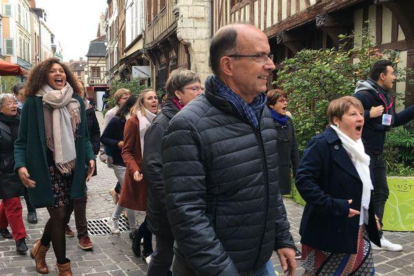 Fin octobre 2019, déambulation insouciante des choristes dans les rues de Troyes