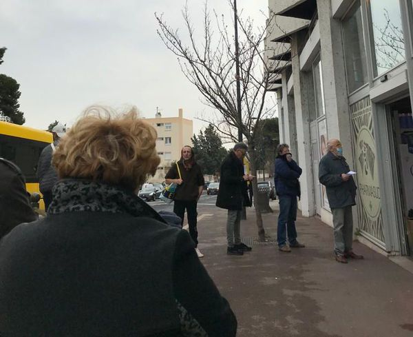 Sète (Hérault) - file d'attente devant une pharmacie - 17 mars 2020.