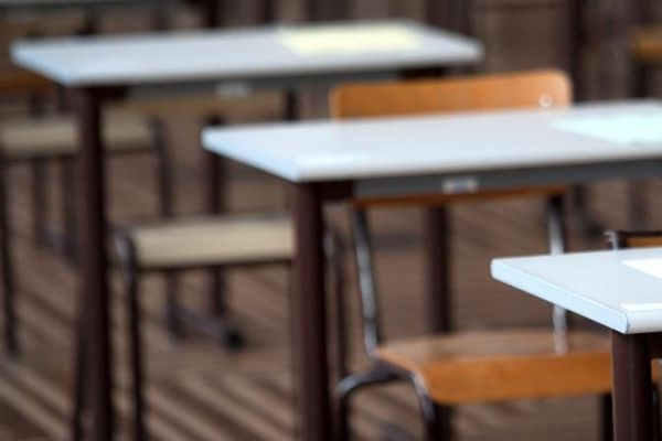 Distribution de copies lors d'une épreuve du baccalauréat, dans un lycée parisien, juin 2011.