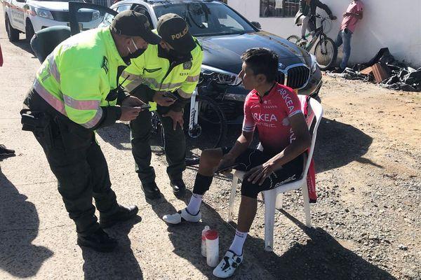 Nairo Quintana, entendu par les policiers après son accident en Colombie à Motavita. Le cycliste a été heurté par une voiture alors qu'il s'entraînait.