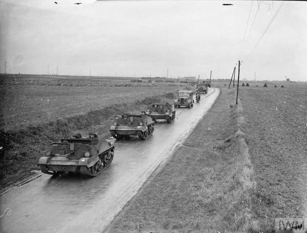 Des chenillettes britanniques Bren Gun Carriers en exercice près d'Arras le 16 octobre 1939.