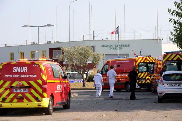 Trois gardiens de la maison Centrale d'Arles ont été blessés à l'arme blanche ce samedi par un détenu.