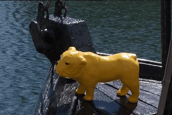 Le chien jaune, la mascotte du salon du polar du Concarneau