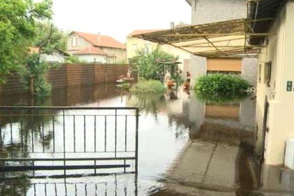 Les Luots et les Luottes ont été surpris par la montée des eaux, les eaux quittent leurs lits et envahissent les maisons comme ici à Lüe.