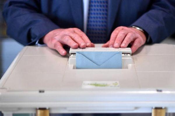 Un électeur vote lors du premier tour des législatives à Château-Thébaud (Loire-Atlantique), le 11 juin 2017