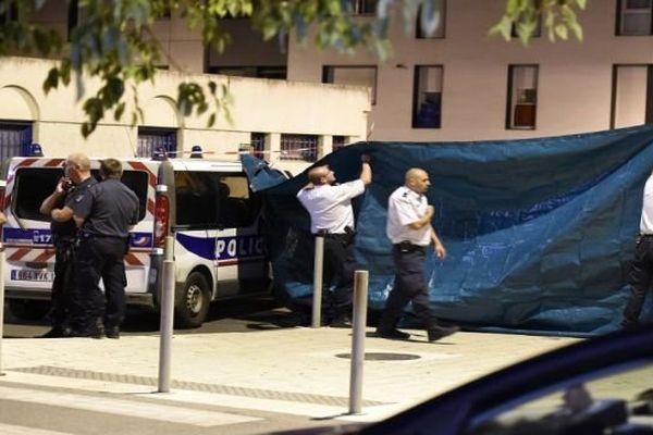 Les policiers mènent l'enquête sur les lieux du crime, dans le quartier Lemasson où deux hommes ont été tués par balles, samedi soir à Montpellier.