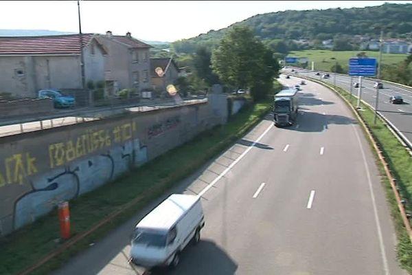 """Sans mur antibruit, c'est """"l'enfer"""" selon les habitants de Champigneulles qui """"cohabitent"""" avec 80 000 véhicules chaque jour."""