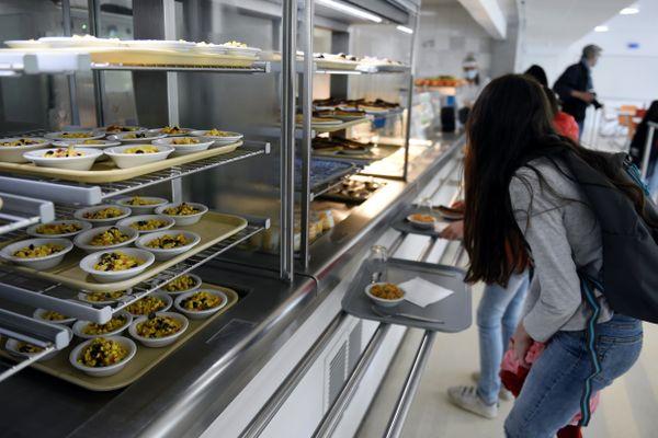 Cette opération fait suite à la polémique nationale déclenchée après la décision de Grégory Doucet, maire EELV de Lyon, de supprimer la viande des menus des cantines scolaires depuis le22 février dernier.
