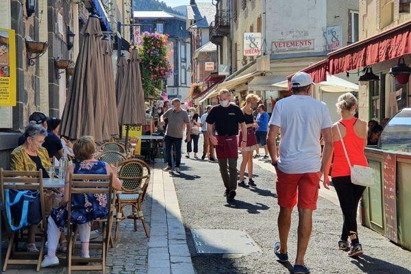 Au Mont-Dore, les rues ne désemplissent pas en ce mois de septembre. L'été a été particulièrement bénéfique pour les commerçants du massif du Sancy.