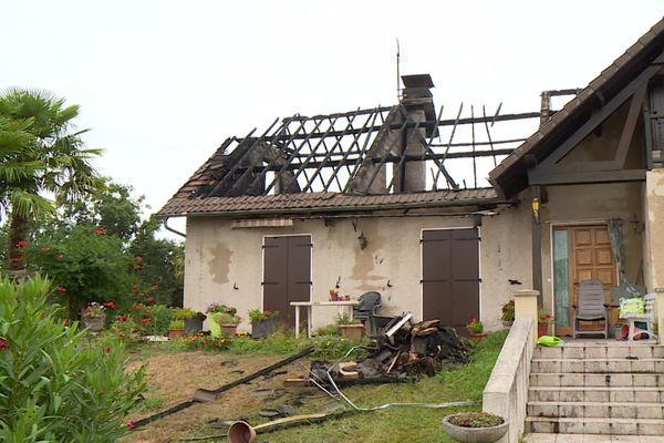 A Meillon, en Béarn, les combles de cette maison ont été détruits par la foudre.