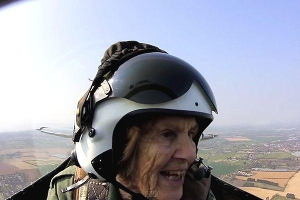 Joy Lofthouse, 92 ans, a repris les commandes d'un Spitfire, avion qu'elle pilotait durant la Seconde Guerre Mondiale