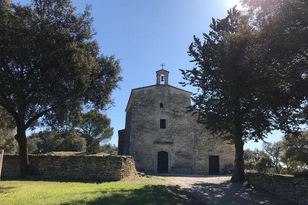Située un peu à l'écart du village d'Aubais dans le Gard, l'église Saint Nazaire a été édifiée au haut Moyen-Age. Il y a 20 ans, des centaines de tombes rupestres parfaitement conservées ont été mises au jour à ses pieds, par une équipe d'archéologue venue de Montpellier.