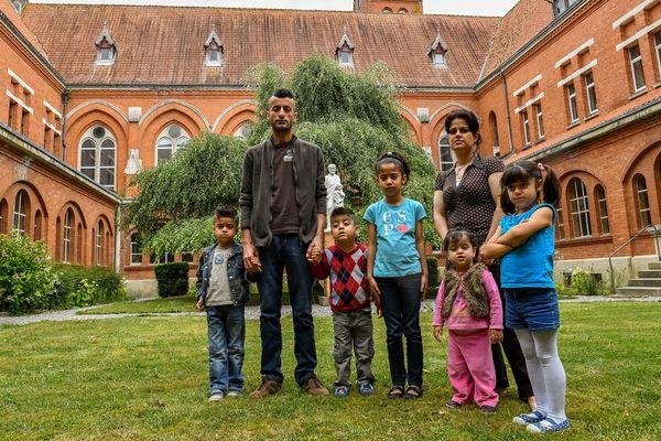 Une famille irakienne devant l'abbaye de Belval