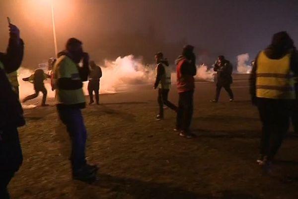Heurts entre Gilets Jaunes et CRS à Calais dans la nuit de vendredi à samedi.