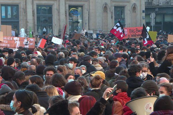 Marée humaine dans les rues de la presqu'île de Lyon le 28 novembre 2020. Les commerces qui avaient rouvert le matin (après plusieurs semaine de fermeture pour cause de crise sanitaire) ont été contraints de baisser le rideau dans l'après-midi. Ambiance sur la place des Terreaux dans l'après-midi.