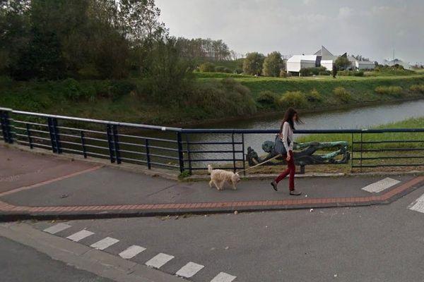 Des sirènes en bronze de deux mètres se situaient à chaque extrémité des rambardes du pont de l'avenue des Bains