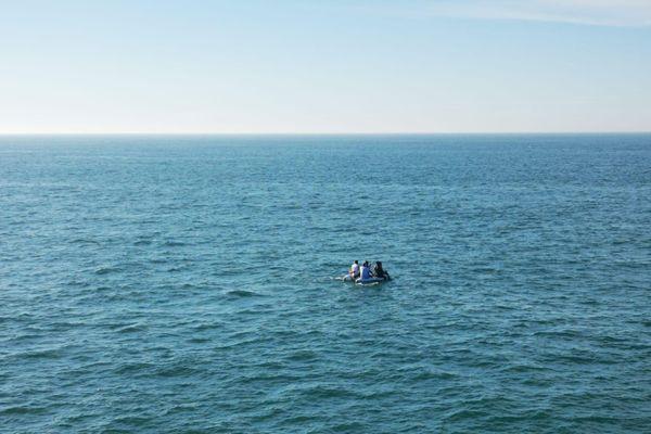 Une embarcation de fortune au milieu de la Manche en août dernier