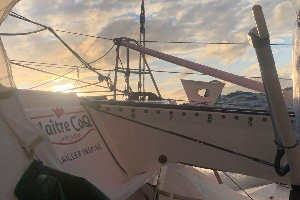 A bord de Maître Coq, le Rochelais Yannick Bestaven va devoir surveiller son tableau arrière dans l'Atlantique