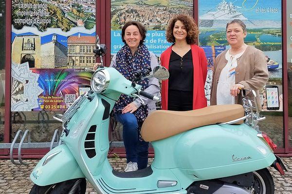 Les guides de l'office de tourisme de Langres ont posé avec la Vespa.