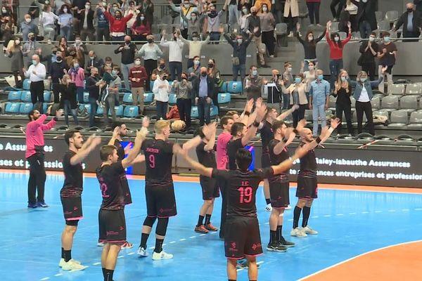 """Joueurs et supporters du Fenix Toulouse Handball unis dans un """"clapping"""" en fin de match pour célébrer la qualification en coupe d'Europe."""