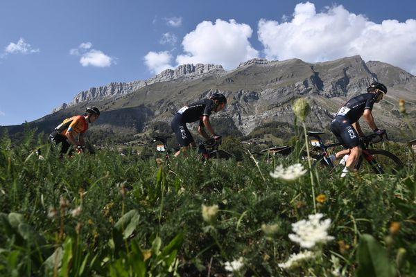 Des coureurs du Tour de France à La Roche-sur-Foron (Haute-Savoie) en 2020.