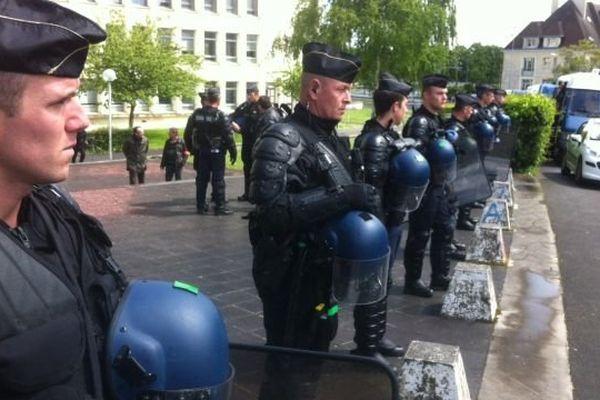 Une trentaine de gendarmes mobiles sont intervenus à l'université de Caen afin de déloger une vingtaine de migrants qui dormaient dans les sous-sols de la Faculté de Lettres.