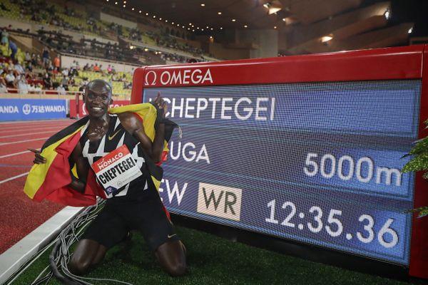 12 min 35 s 36 en 2020, c'est le record du monde du 5000 m sur piste détenu par Joshua Kiprui Cheptegei.