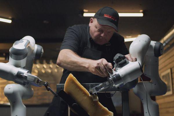 Des universitaires suisses ont conçu un robot spécial raclette, raclant le fromage à la perfection.