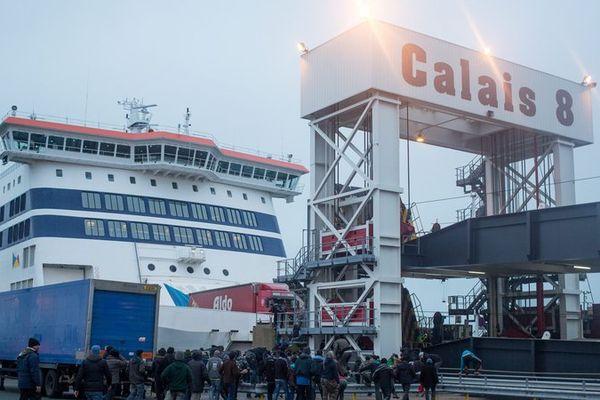 Une cinquantaine de migrants entrent sur le port de Calais.