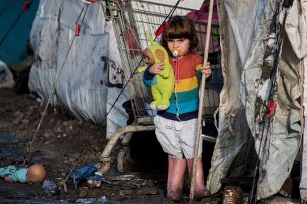 Une enfant kurde dans le camp de migrants de Grande-Synthe, le 23 décembre 2015