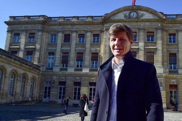 Nicolas Florian dans la cour du palais de Rohan qui abrite la mairie de Bordeaux. Il est actuellement adjoint aux finances. Favori pour succéder à Alain Juppé dans quelques jours.
