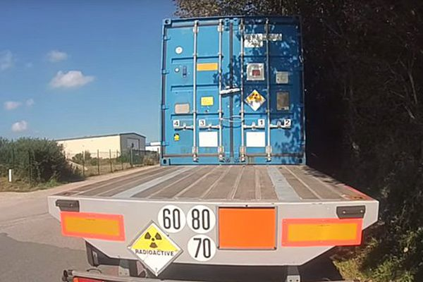 """Ce camion avec du matériel """" légèrement nucléaire"""" selon la gendarmerie a passé le week-end sur le parking de la déchèterie des Pieux."""
