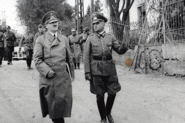 Adolf Hitler et le général Walter Heitz dans une rue de Bouchain (Nord), le 2 juin 1940.