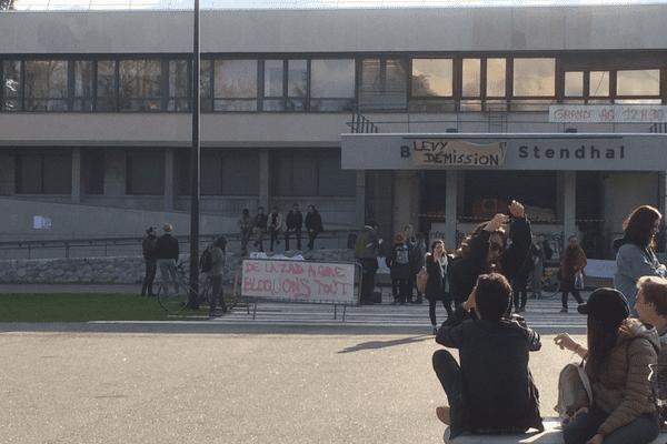 Blocus devant le bâtiment Stendhal lundi 9 avril 2018