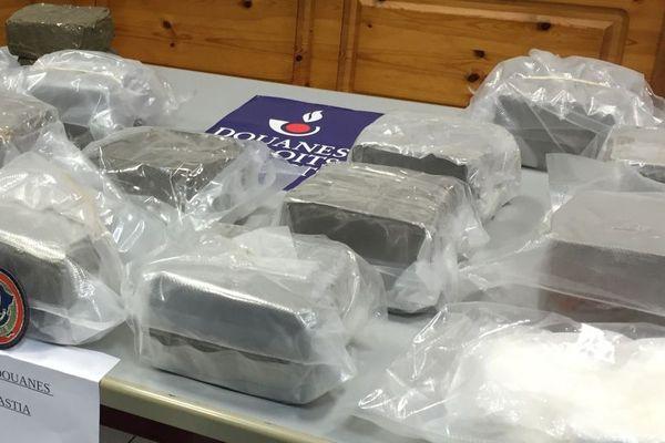 Saisie par les douanes de 16,5 kg de résine de cannabis et de 538 gr de cocaïne sur le port de Bastia, le 4 avril 2018.