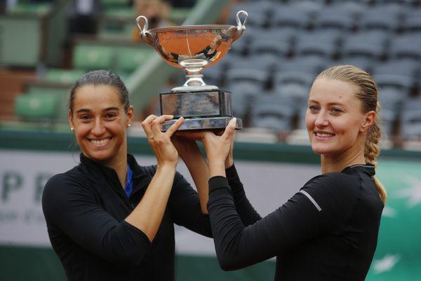 Caroline Garcia et Kristina Mladenovic après leur victoire en double à Roland-Garros 2016.