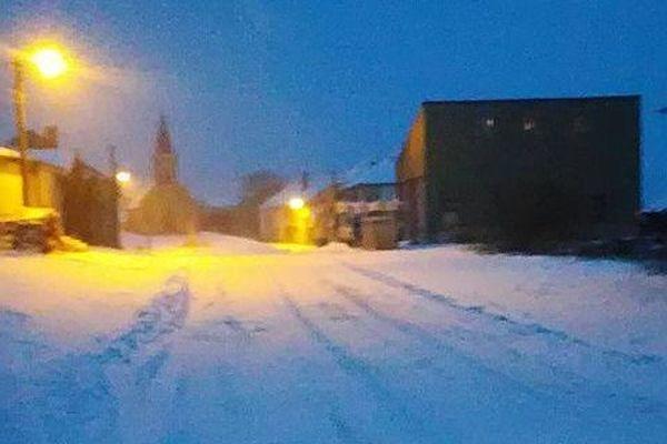 Un épais tapis neigeux sur la route.