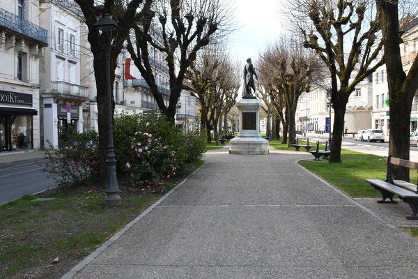 Le square Daumesnil semble bien vide. En temps normal, de nombreuses personnes âgées s'installent sur ces bancs.