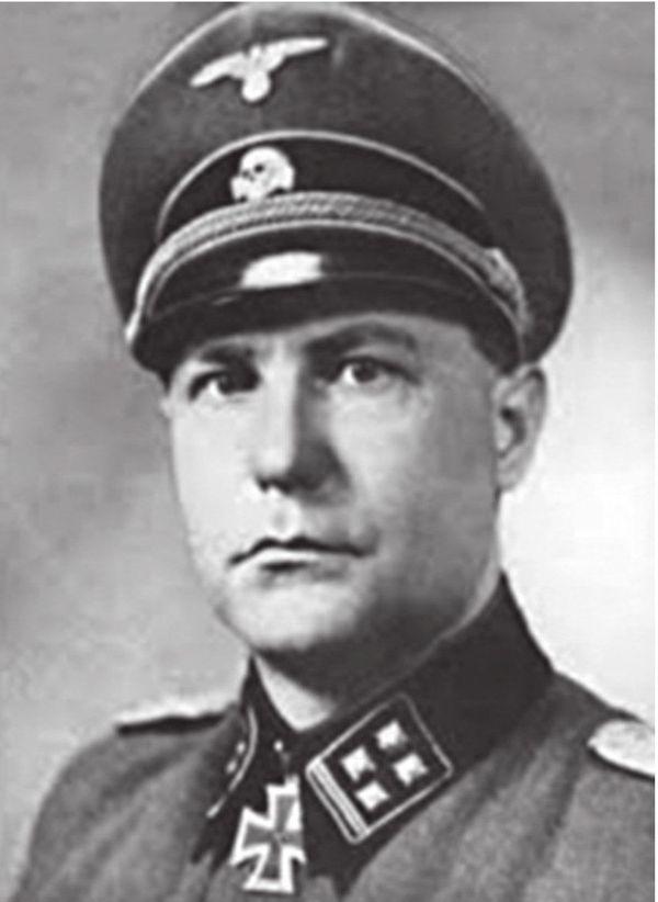 Frirz Knöchlein, Hauptsturmführer (capitaine) de la division SS Totenkopf pendant la bataille de France, a ordonné le massacre du Paradis, le 27 mai 1940.