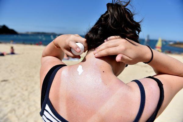 Attention aux crèmes solaires de l'année dernière, elle peuvent se révéler cancérigènes au cours du temps