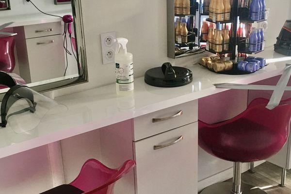 Visières, masques, blouses jetables et mètre de sécurité, au salon Hair du Temps (19), les mesures prennent place quelques jours avant la réouverture du 11 mai prochain.