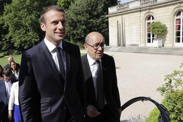 Emmanuel Macron et Jean-Yves Le Drian après la traditionnelle photo du gouvernement le 22 juin 2017