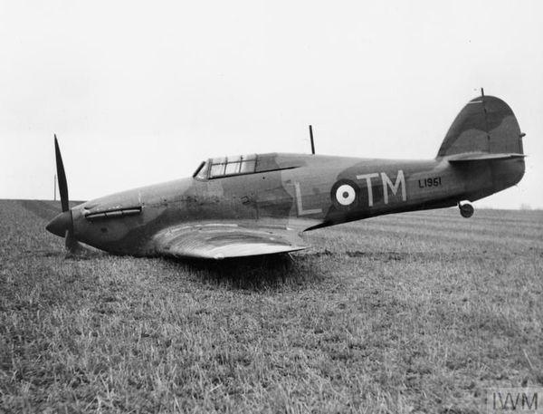 Un Hawker Hurricane du 504 Squadron après un atterrissage forcé en avril 1940, près de Great Yarmouth, dans l'est d'Angleterre, après un affrontement avec un appareil allemand.