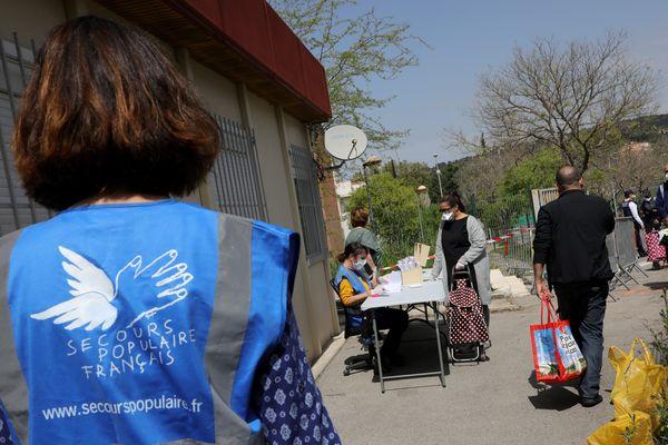 Dans le Loiret, le Secours populaire a fait le choix de réadapter son opération vacances cet été pour les familles en difficulté.