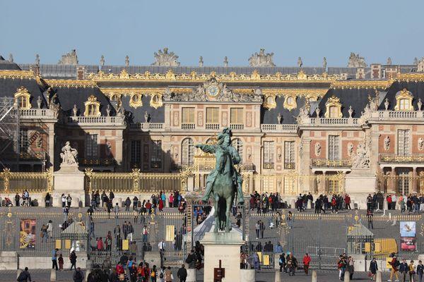 La foule des visiteurs devant l'entrée principale du Château de Versailles, en octobre 2017. Photo d'illustration.