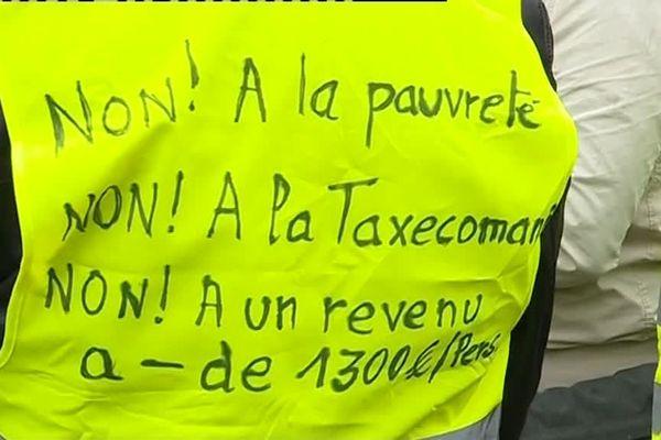 Slogan tracé sur un gilet, le 8 décembre à Strasbourg.