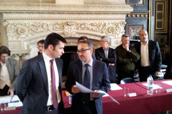 Xavier Bonnefont et Philippe Lavaud lors de la passation de pouvoir à la mairie d'Angoulême