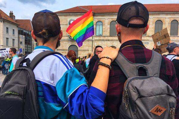 300 à 400 personnes dans les rues de Besançon pour la marche contre l'homophobie.