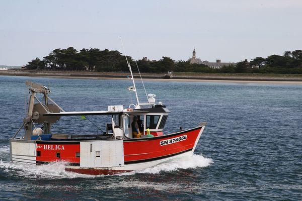 Retour au port pour le Den Heliga. La criée du Croisic est restée ouverte, il va pouvoir débarquer sa pêche.